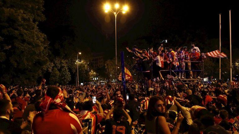 Afición del Atlético celebrando título de Liga