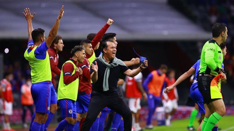 Juan Reynoso festeja el gol contra Pachuca