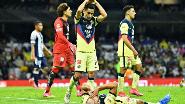 Jugadores se lamentan por penalti señalado en su contra