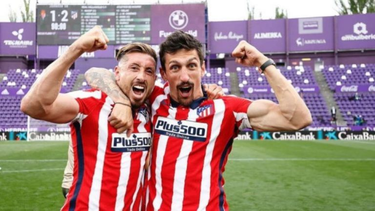 Héctor Herrera celebra con Stefan Savic