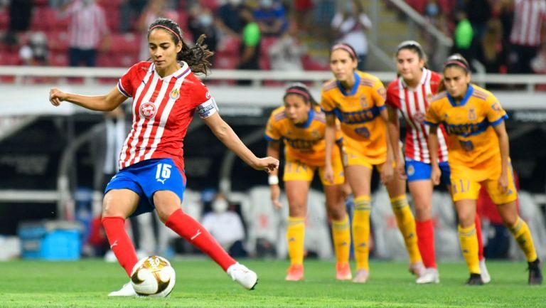 Carolina Jaramillo durante el penalti ante Tigres