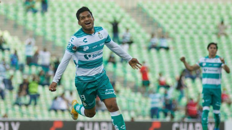 Eduardo Aguirre celebrando un gol con Santos