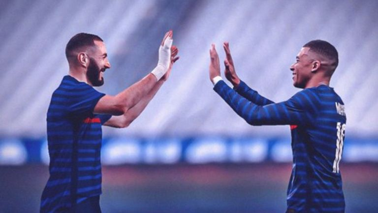 Karim Benzema junto a Kylian Mbappé en la selección francesa