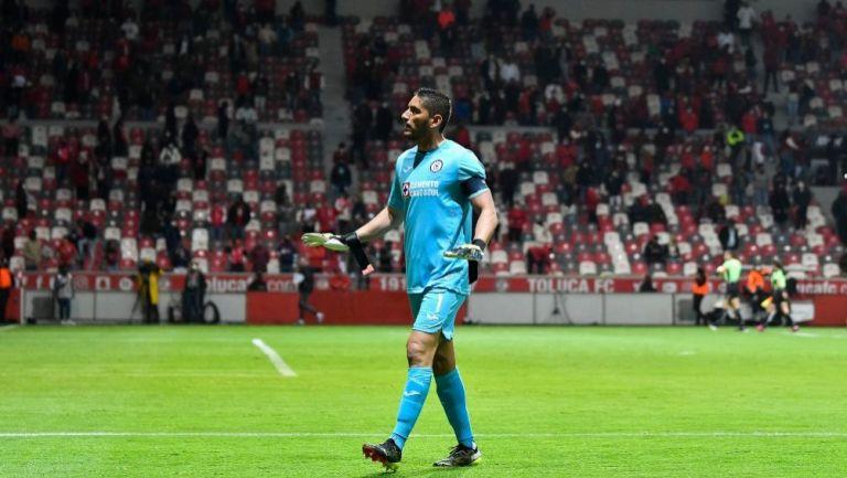 Jesús Corona en un partido con el Cruz Azul