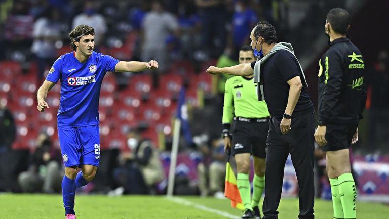 Juan Reynoso festeja el gol con Santi Giménez