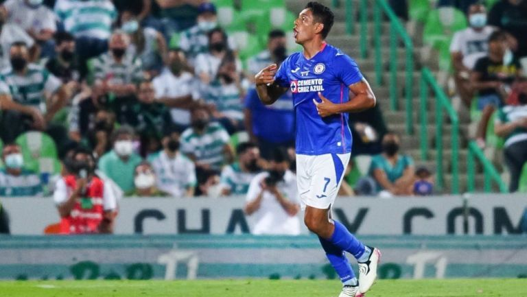 Luis Romo en acción con Cruz Azul