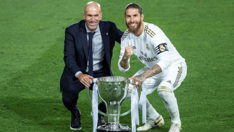 Sergio Ramos y Zidane posan con el título de LaLiga