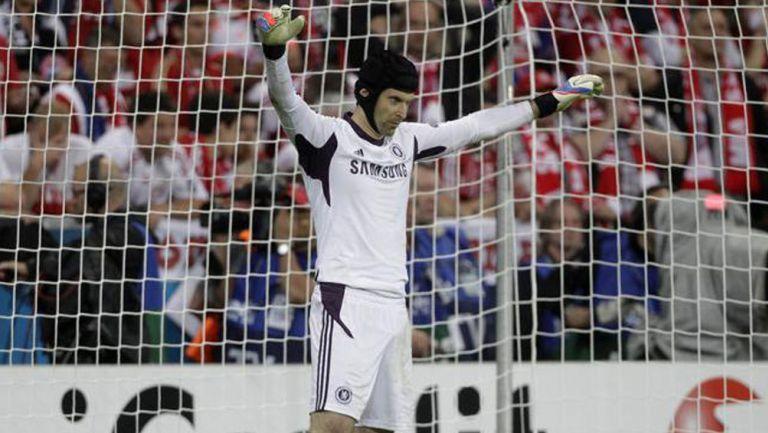 Petr Cech, en acción con los Blues