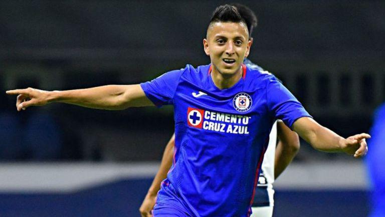 Roberto Alvarado celebrando un gol con Cruz Azul