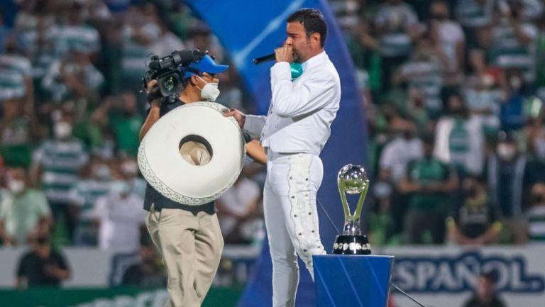 Pablo Montero entonando el himno nacional