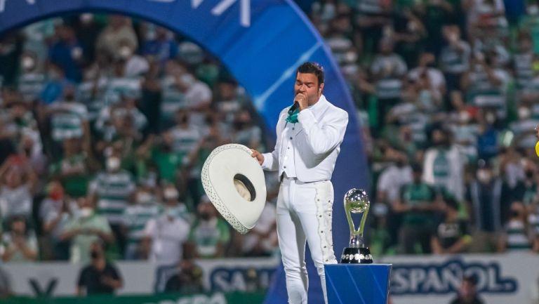 Pablo Montero cantando el himno nacional