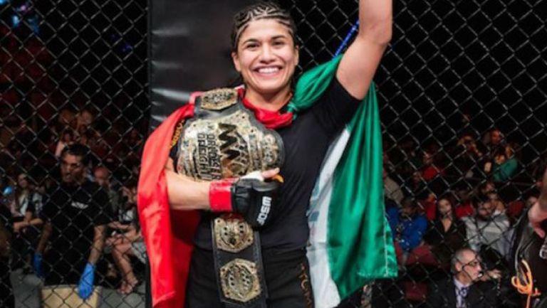 Jessica Aguilar sostiene su cinturón de campeona