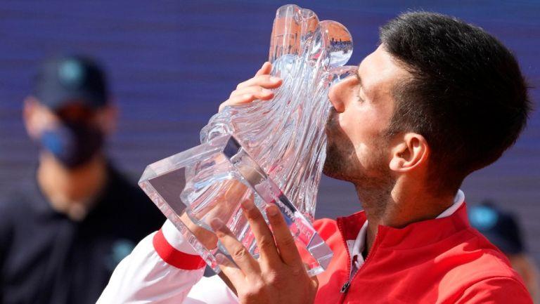 Novak Djokovic posa con su título ATP