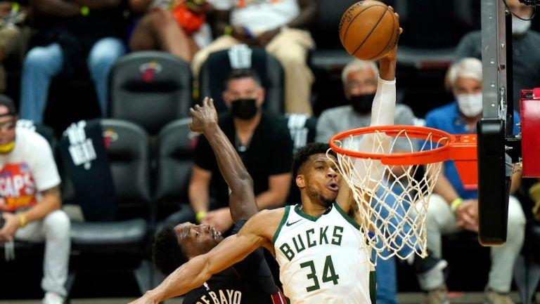 Giannis Antetokounmpo anota para los Bucks de Milwaukee