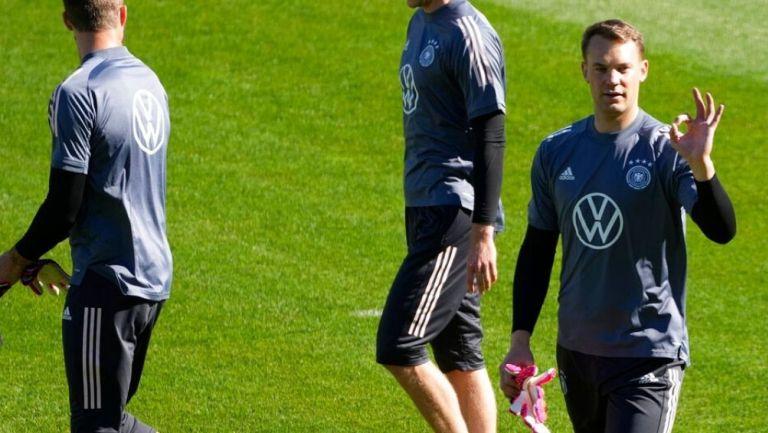 Manuel Neuer en un entrenamiento con Alemania