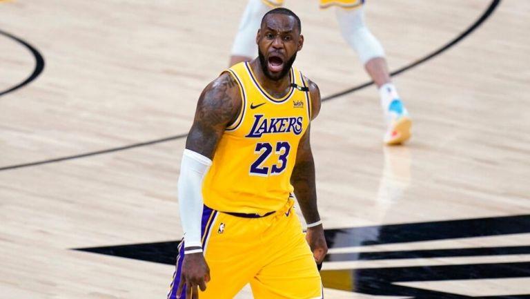 LeBron James en un juego de basquetbol con Lakers
