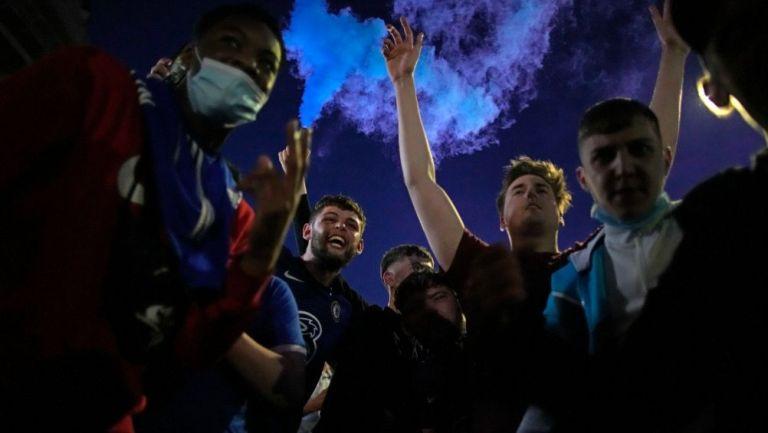 Aficionados del Chelsea festejando el título de la Champions League