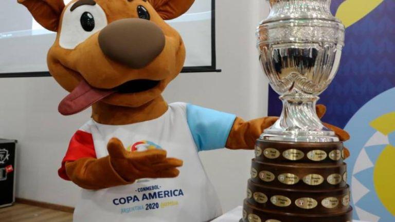 Pibe posa junto a la Copa América
