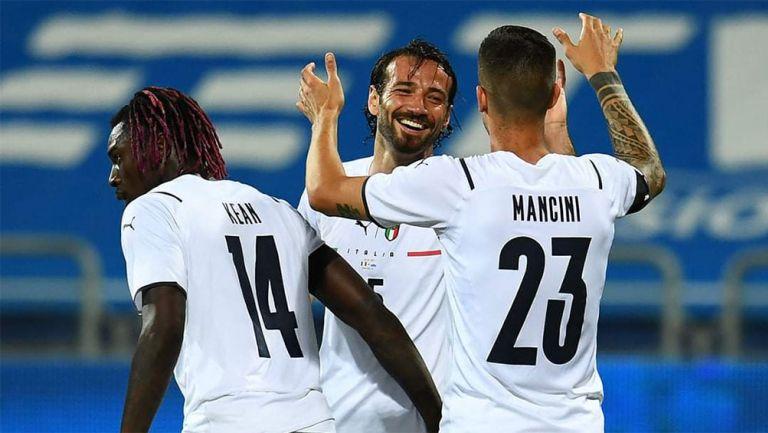 Jugadores de la Selección de Italia festejan un gol