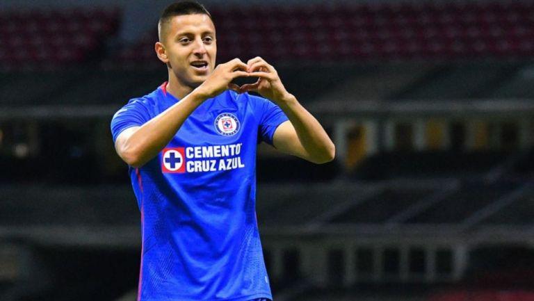 Alvarado celebra un gol con Cruz Azul