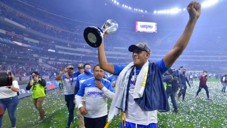 Luis Romo en festejo con Cruz Azul