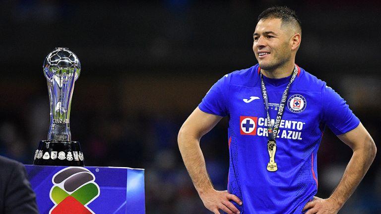 Pablo Aguilar, junto al trofeo de la Liga MX