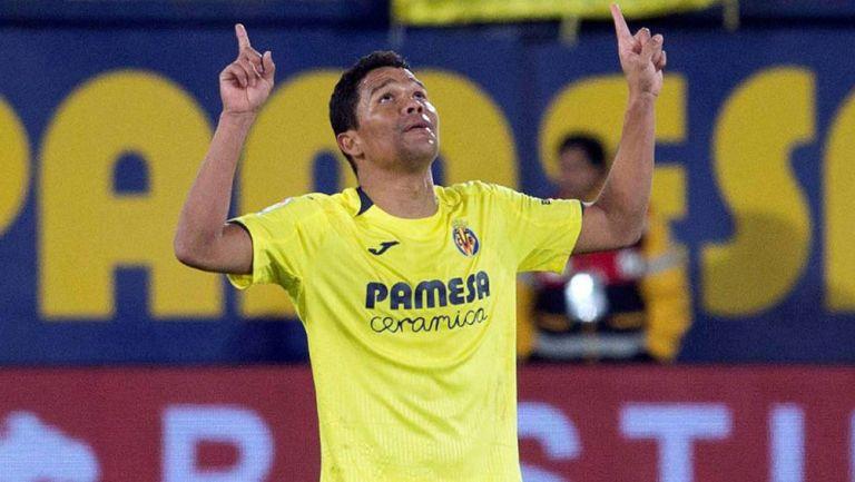 Carlos Bacca durante un duelo con Villarreal