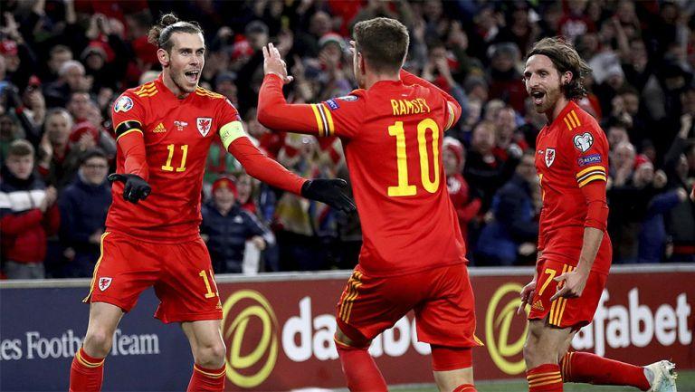Gareth Bale y  Ramsey festejan un gol