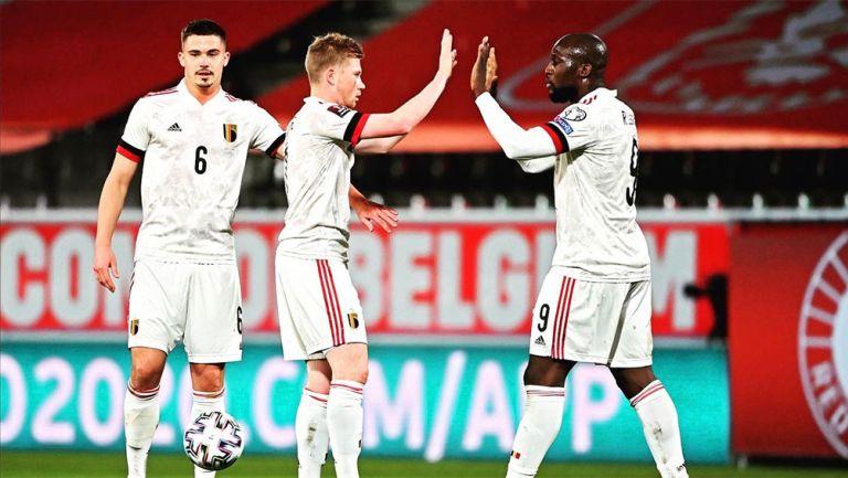 De Bruyne y Lukaku festejan un gol con Bélgica