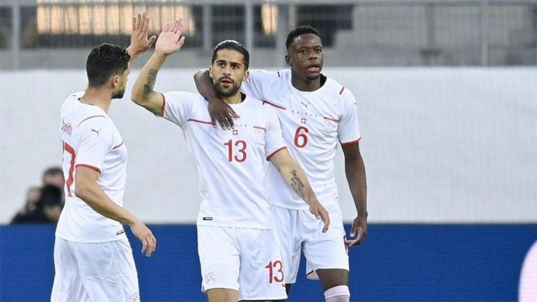 Jugadores de Suiza festejan un gol