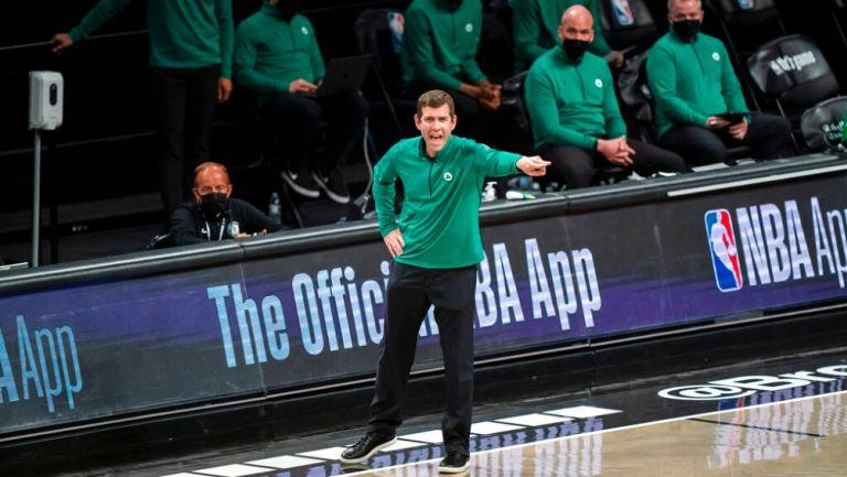 Brad Stevens dirigiendo a los Celtics de Boston