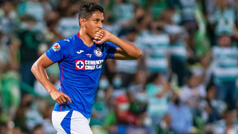 Luis Romo festeja su gol contra Santos