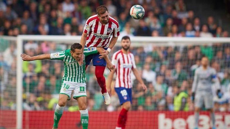 Andrés Guardado en acción contra Héctor Herrera en LaLiga
