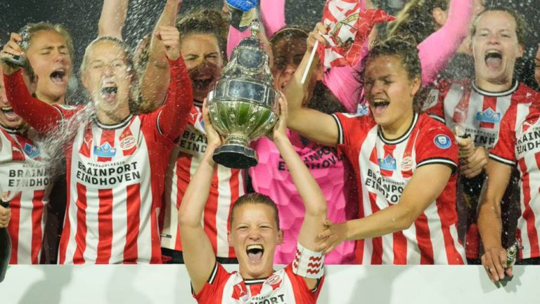 Jugadoras del PSV celebran tras triunfo