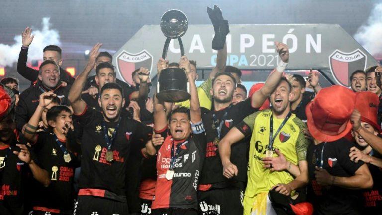 Jugadores del Colón festejando el título