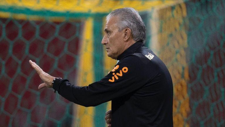 Tite dirigiendo el entrenamiento de la selección brasileña