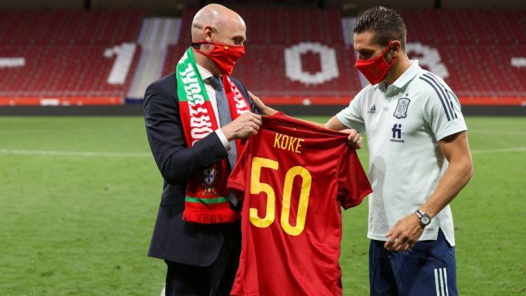 Luis Rubiales entrega camiseta conmemorativa a Koke