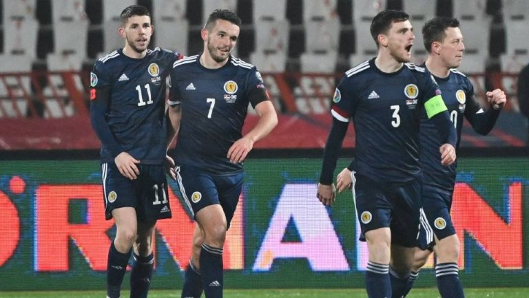 Jugadores de Escocia celebran un gol