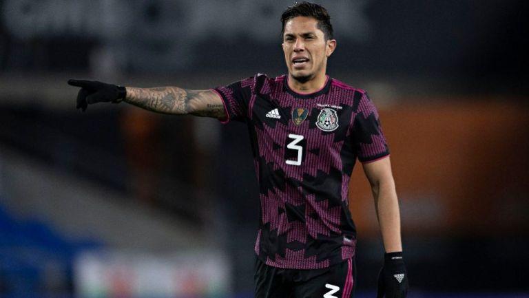 Carlos Salcedo en acción con el Tricolor