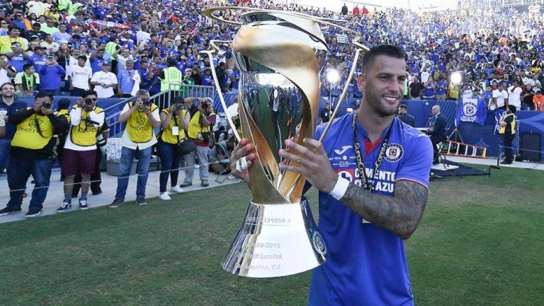 Edgar Méndez en festejo con el trofeo de la Super Copa MX
