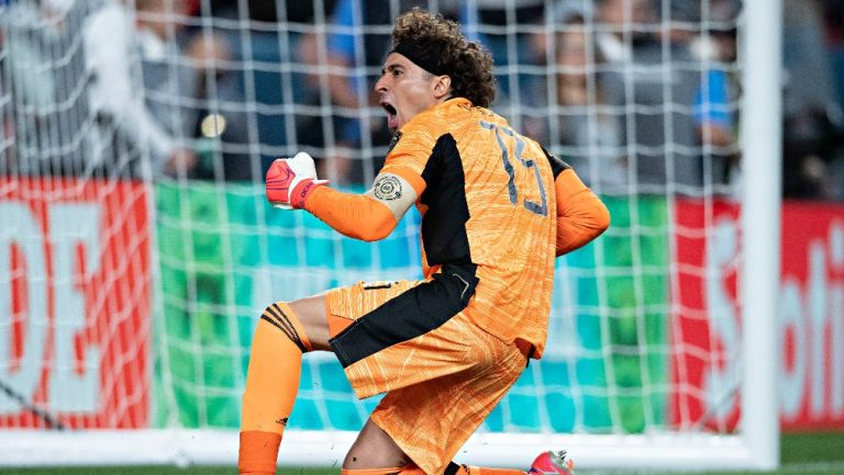 Memo Ochoa durante un partido con el Tri
