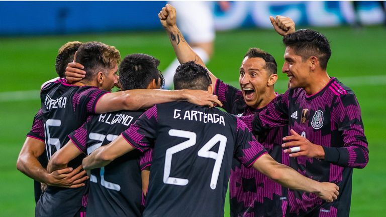 Jugadores de la Selección Mexicana celebran un gol