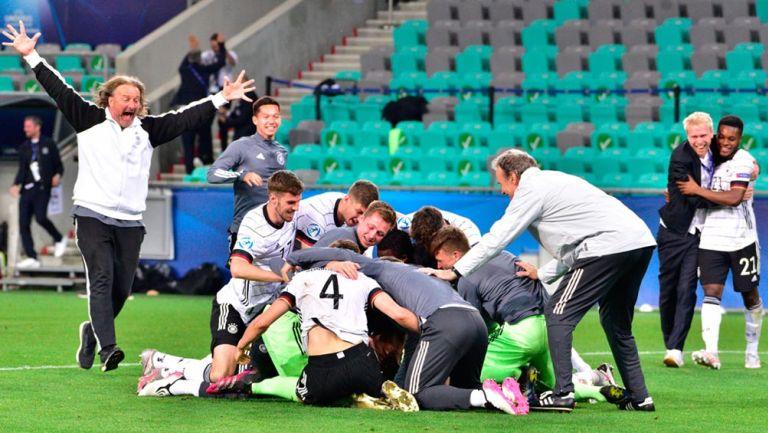 Jugadores y cuerpo técnico de Alemania, en festejo de gol