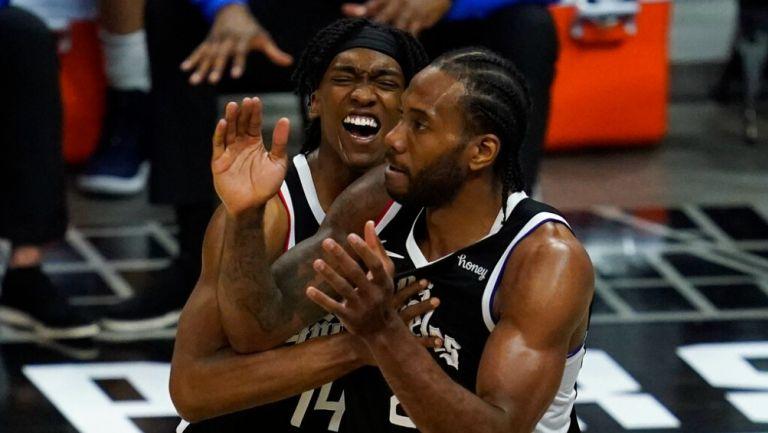 Jugadores de Clippers celebran en victoria vs Mavs