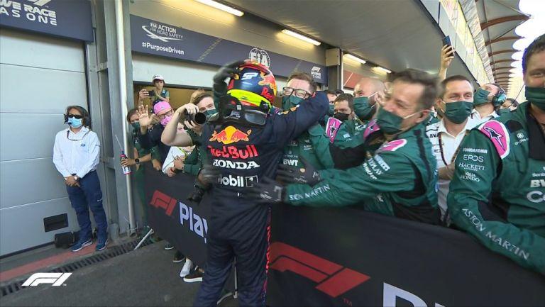 Checo Pérez festejando con el equipo de Aston Martin