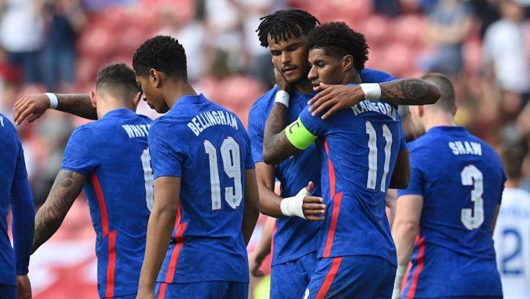 Jugadores de Inglaterra celebrando un gol