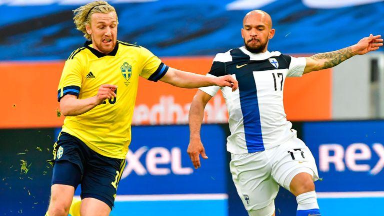 Forsberg pelea el balón en un amistoso contra Finlandia
