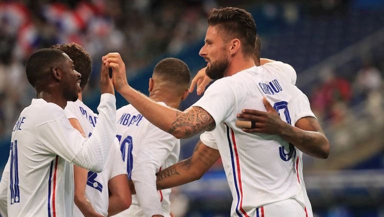 Jugadores franceses celebran gol vs Bulgaria