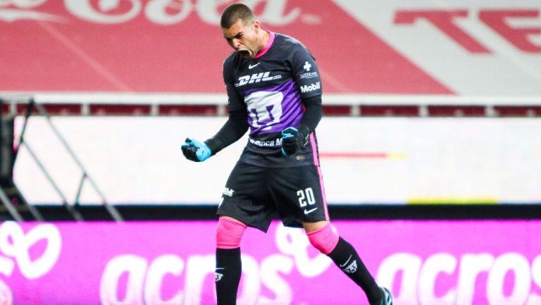 Julio González durante un partido con Pumas