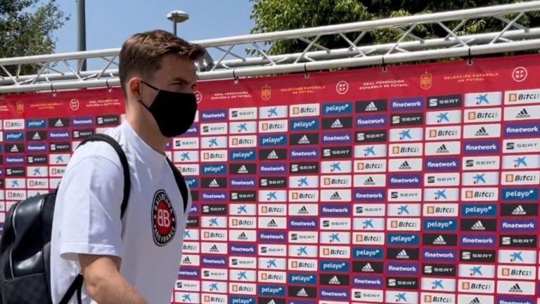 Diego Llorente llegando a la concentración de la selección española